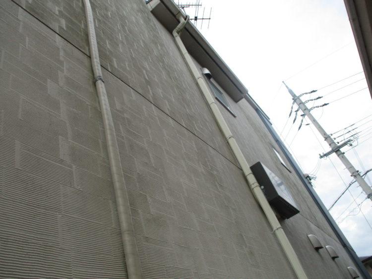 奈良の香芝市の株式会社ヨネヤの外壁塗装と屋根塗装の外壁でカビや藻やコケが付着している画像