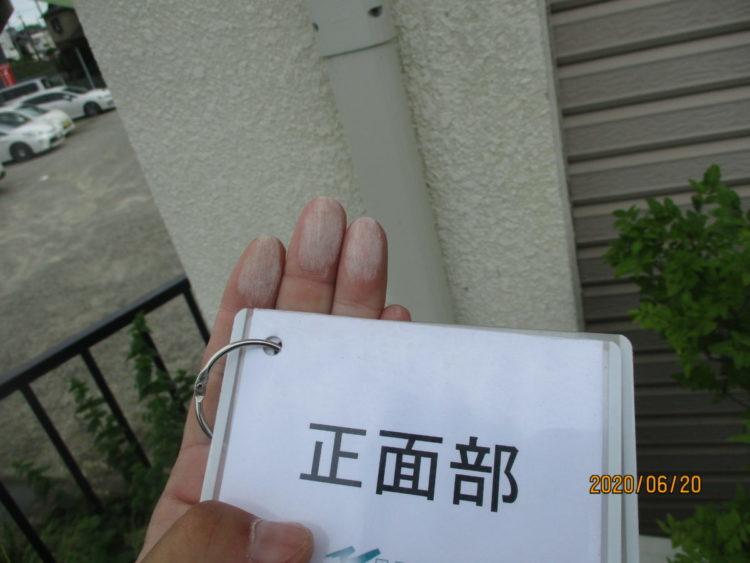 奈良の香芝の株式会社ヨネヤの外壁塗装と屋根塗装の外壁のチョーキングの画像