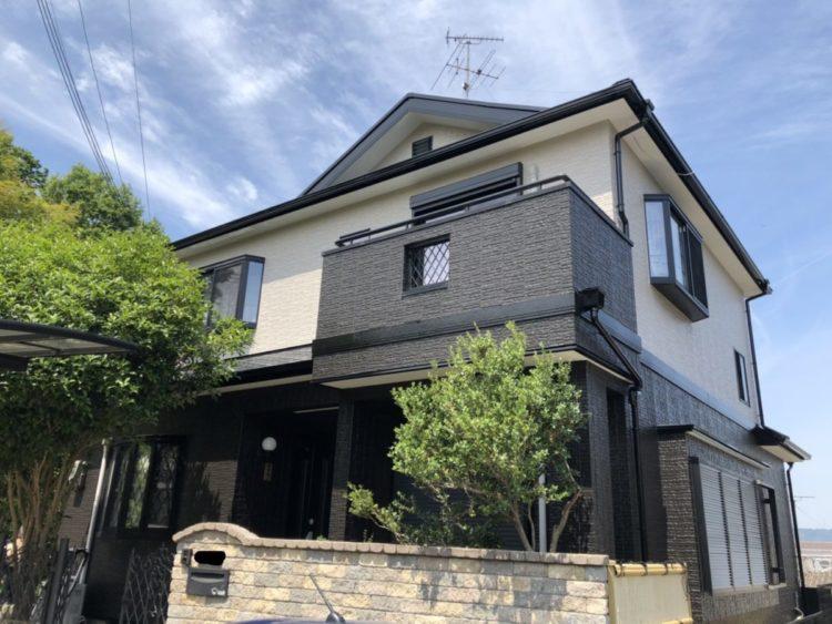 奈良の香芝市の株式会社ヨネヤの外壁塗装と屋根塗装のツートンカラーの外壁のお家